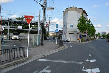 JR桂川駅下を抜けたところで斜め左の側道へ
