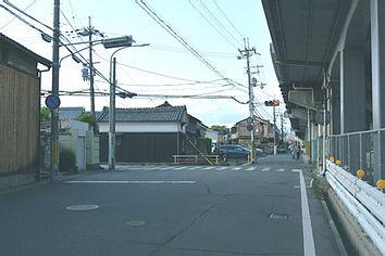 新幹線の高架下を進み始めの交差点を左折